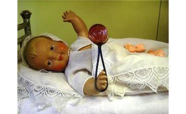Детская кукла в музее игрушки