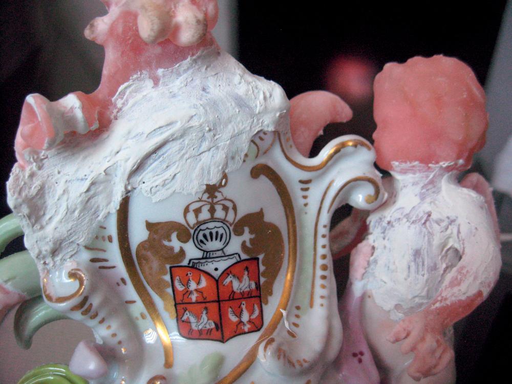 Фрагмент фарфоровой вазы в процессе реставрации