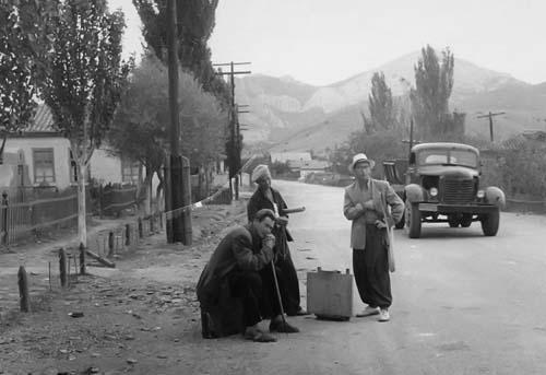 Ф.Захаров, Н.Бортников, В.Бернадский едут на этюды в Уютное. 1950-е гг.