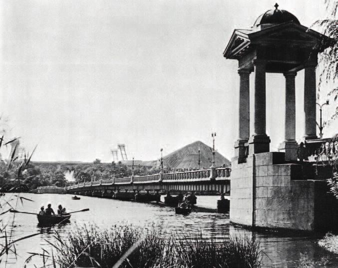 Мост через пруд в ЦПКиО им. А. С. Щербакова. Донецк, 1978. Фото Л. Азриеля
