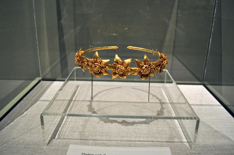 Золотая диадема IV–III вв. до н. э. из коллекции «Платар» на выставке «Слава Украины. Золотые сокровища исчезнувших цивилизаций». Художественный музей Джослин, Омаха (США)
