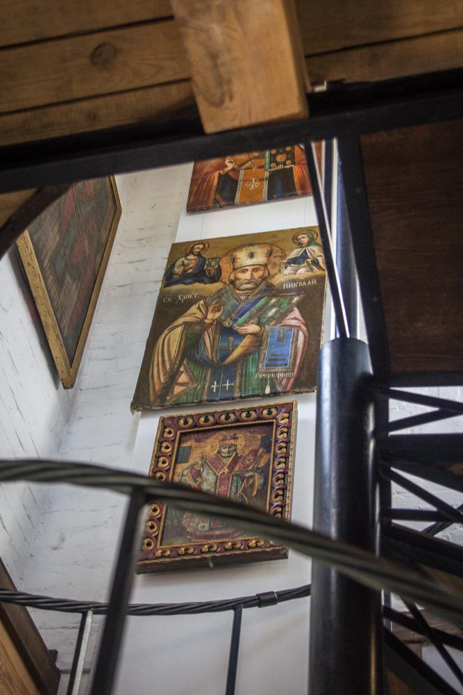 Винтовая лестница, ведущая на башню; зал-этаж с экспозицией икон Николая Чудотворца