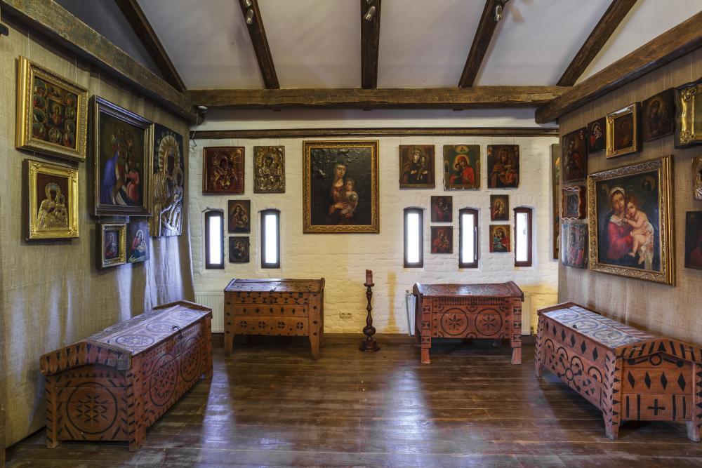 Гуцульские сундуки XVIII–XIX вв. в зале Богородичных икон