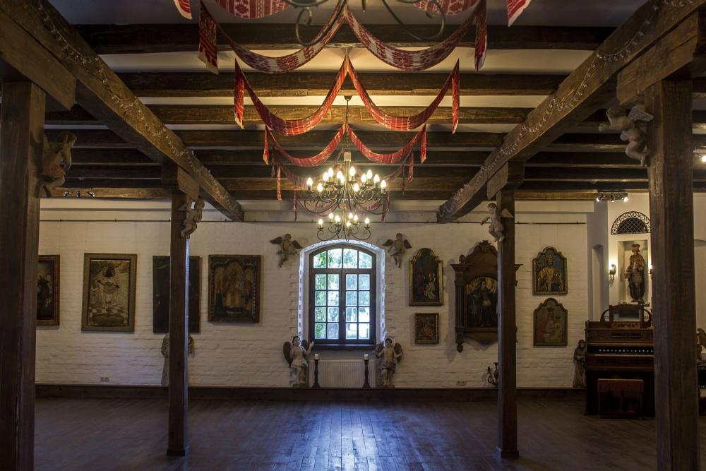 Обрядовый праздничный зал, где проходят торжественные события и росписи молодожёнов. На потолке—вышитые и тканые рушники XIX–XX вв.
