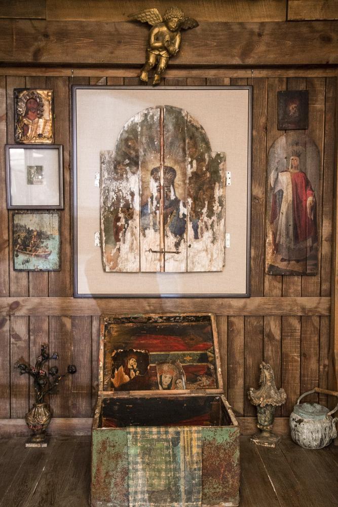 Уголок, где представлены домашние иконы, изувеченные во времена советского безбожия