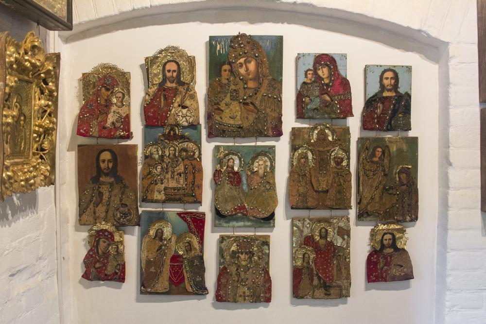 Экспозиция народной иконы Луганщины. Каждая имеет тканевый оклад, расшитый бисером, стеклянными бусинами и фольгой