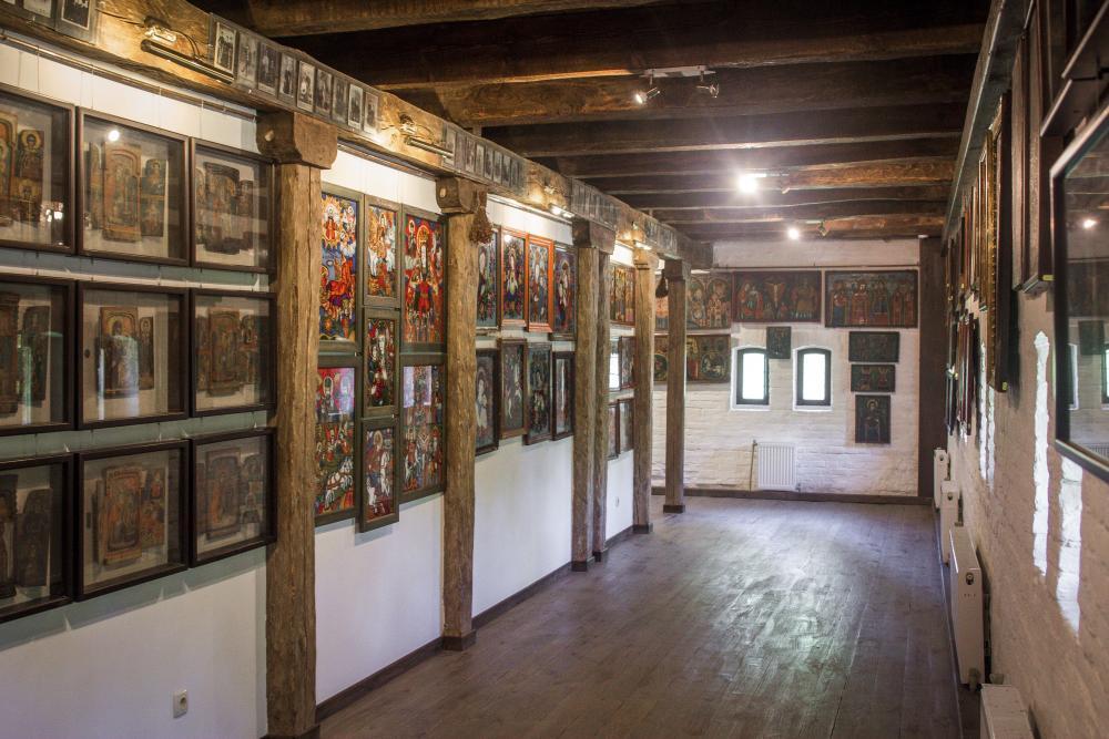 Фрагмент зала-галереи с домашними иконами из разных регионов Украины. На левой стене под стеклом — гуцульские иконостасы-складни XVIII–XIX вв.