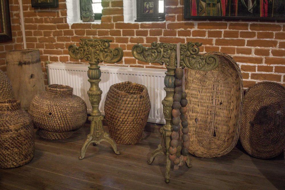 Плетёные из соломы и лозы «амфоры» и деревянные подсвечники XVIII–XIX вв. в зале домашних иконостасов Центральной Украины