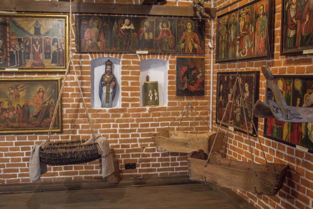 Деревянные и плетёные детские колыбельки XIX в. в зале домашних иконостасов Центральной Украины