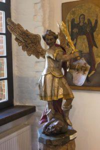 Деревянная скульптура «Архангел Михаил, убивающий дьявола» в обрядовом зале. Западная Украина, XVIII в.