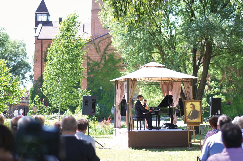 Ежегодно во вторые выходные июня в «Замке-музее Радомысль» проводится международный фестиваль «Музыка Шопена под открытым небом»