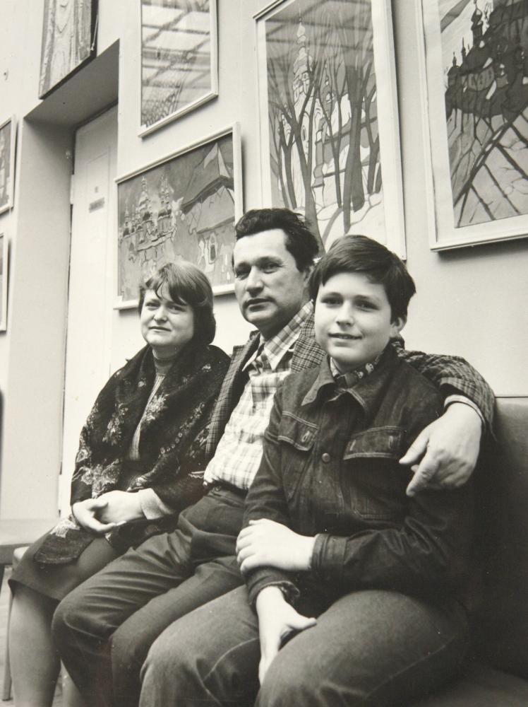 Юрий Химич на юбилейной выставке в Доме архитектора с женой Валентиной Стахеевой и сыном Михаилом. Киев, 1978