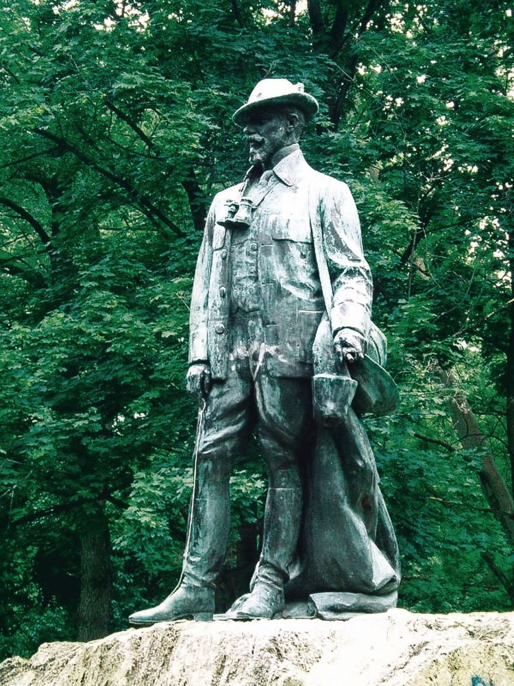 Памятник кронпринцу Рудольфу в городском парке Будапешта