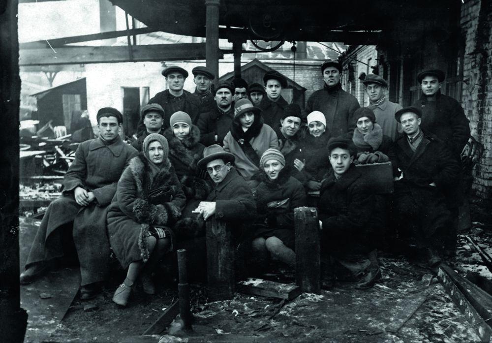 Основатели Киевского ГОСЕТа. Сезон 1928–1929. В первом ряду по центру—Захарий Вин