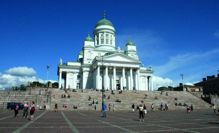 Главный символ Хельсинки -- Кафедральный собор на Сенатской площади