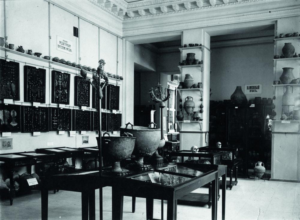 Зал археологического отдела музея. Фотография начала ХХ в.