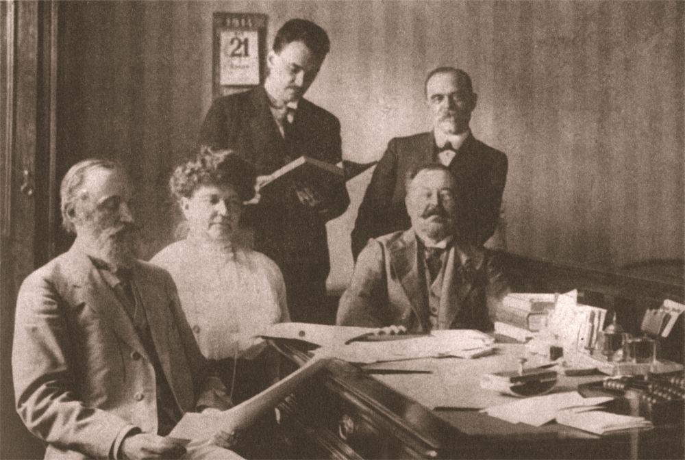 Заседание первой дирекции Киевской консерватории в 1914 г. Сидят (слева направо): В. Пухальский, классная дама, Г. Ходоровский. Стоят (слева направо): К. Михайлов, М. Маракин