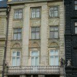 "Скульптури ""Геніїв"" на фасаді кам'яниці. Фото: dlab.com.ua"