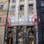 "Скульптури ""Геніїв"" на фасаді кам'яниці. Фото: uk.wikipedia.org"