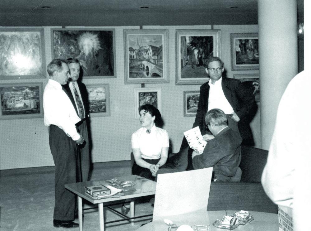 Катерина Кричевская-Росандич во время подготовки выставки произведений украинских художников. Нью-Йорк, 1956