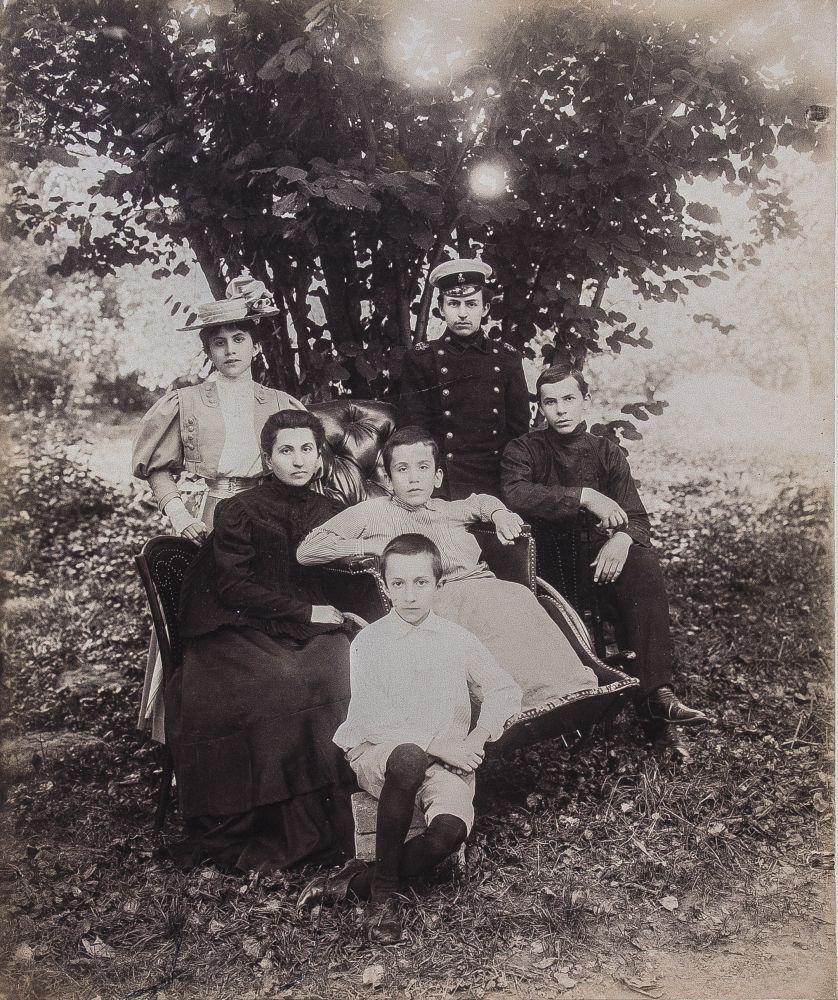 Овдовевшая Мария Саввична Чарковская сдетьми. 1903