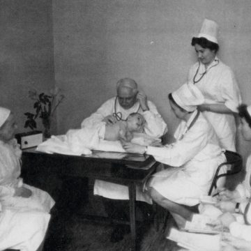 Д. Л. Сигалов даёт консультацию в «Охматдете». Фото 1970-х гг. из коллекции Национального музея медицины Украины