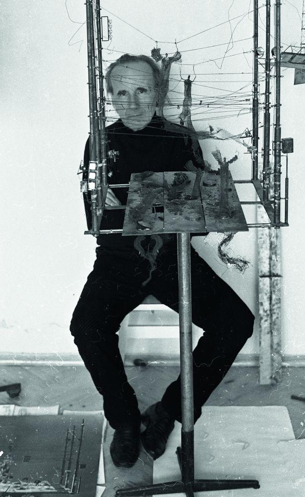 Д. Лидер возле макета к спектаклю «Макбет». Фото В. Марущенко