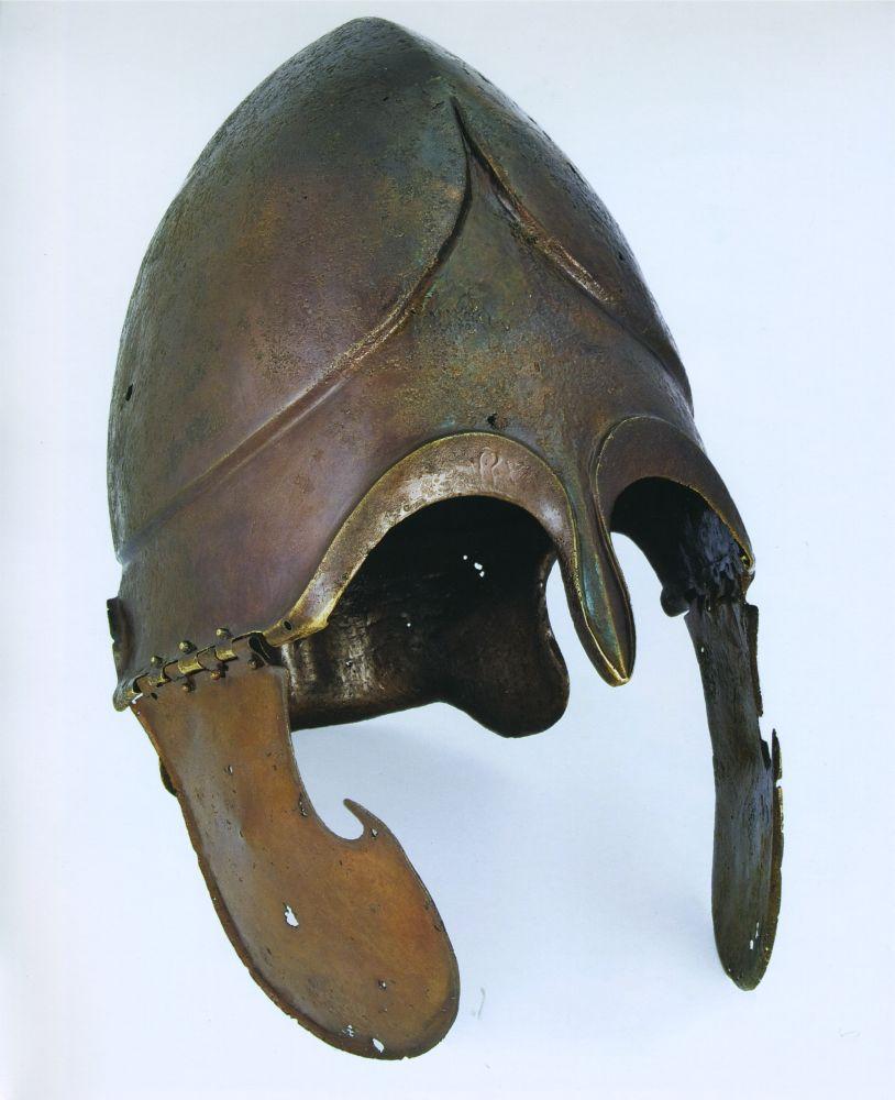 Древнегреческий шлем ІVв. дон. э., найденный наПастырском городище. Раскопки велись наденьги Е.М.Терещенко