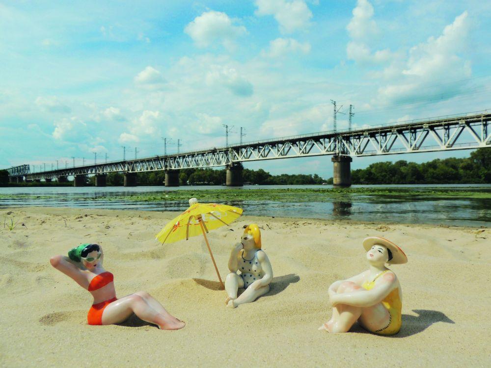 «Пляжницы» Ольги Рапай наДесёнке. ФотоЕ.Корусь