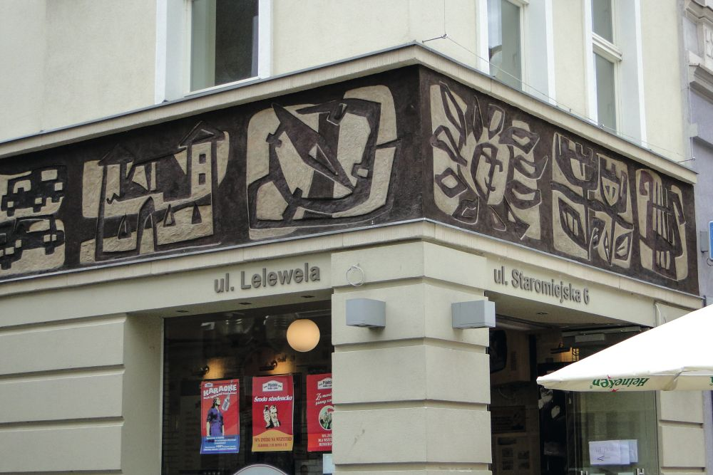 Фрагменты декоративного фриза (1974), напоминающего онекогда размещавшемся здесь туристическом бюро. ФотоЭ.Щуки