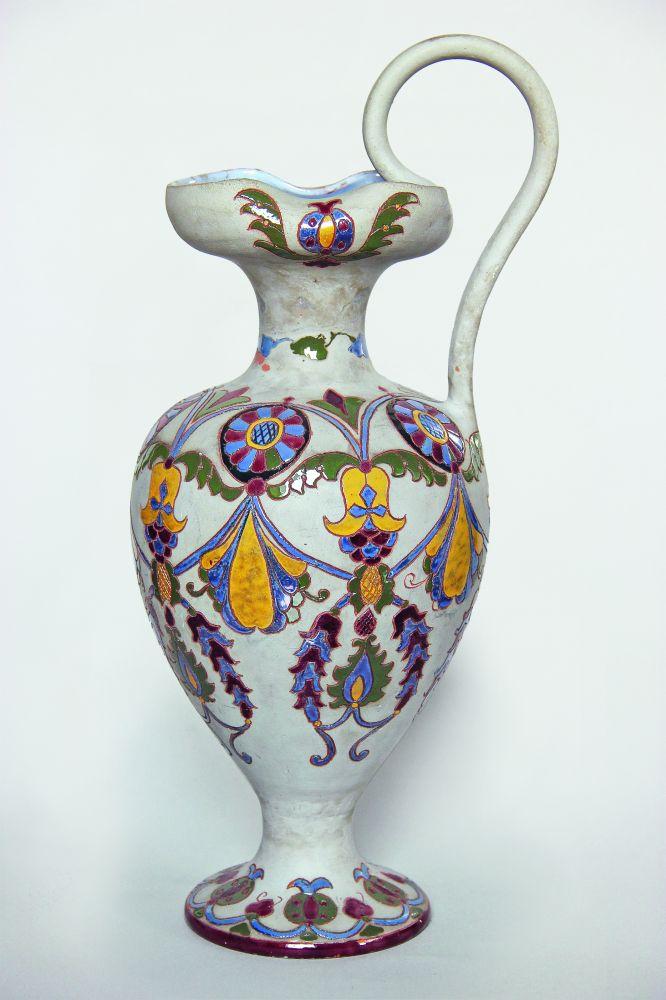 Кувшин ввиде древнегреческой ойнахойи. 1911. Керамика, глазурь, ангоб. Выс. 41,5см. Изколлекции Г. Браиловского
