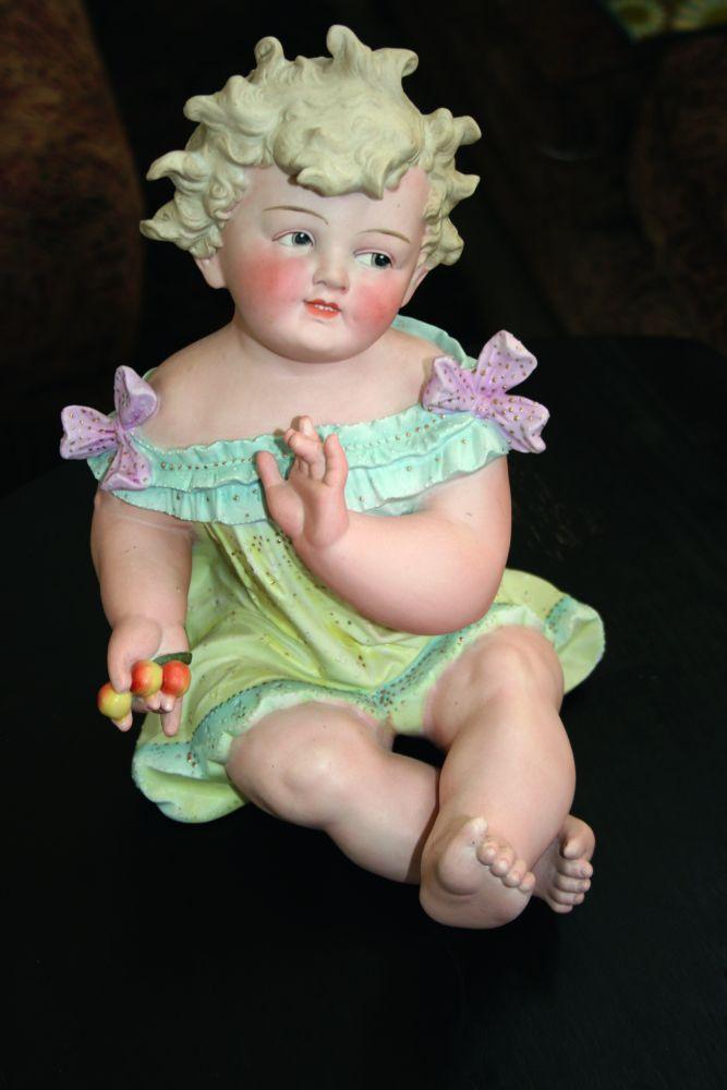 Илл.12. Ребёнок счерешнями. Мануфактура «Conta & Boehme» (Германия). Частное собрание