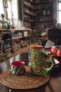 Чай в заварнике и чашке, изготовленными мастером