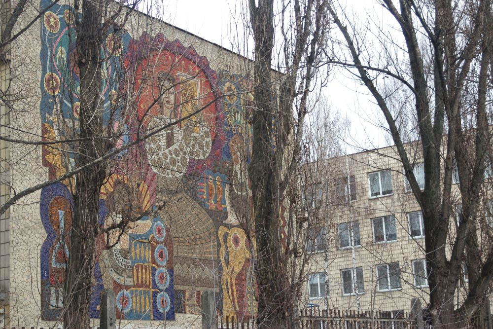 «Любіть книгу—джерело знань». Мозаичное панно наторце СШ №82. 1969. ФотоД.Краснова