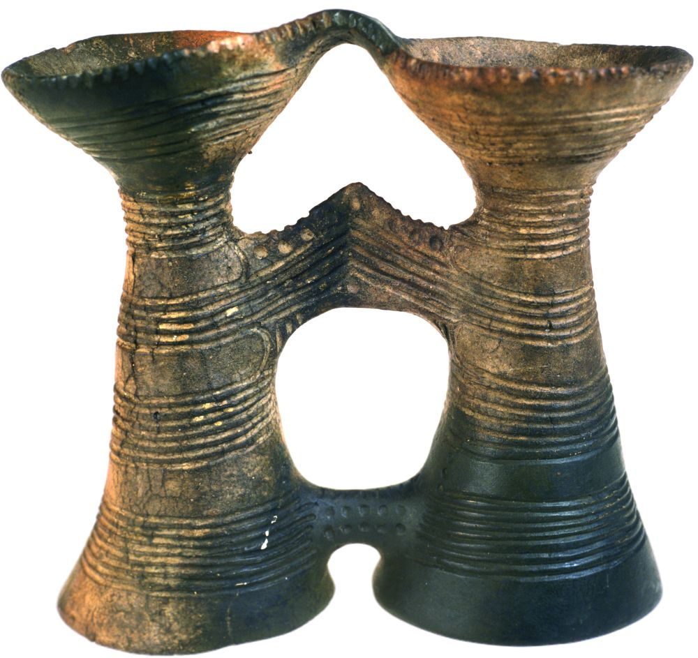 Сосуд биноклевидный. 4400–4200гг. дон. э. Керамика; выс. 26,2см. Инв. № ПКП 47
