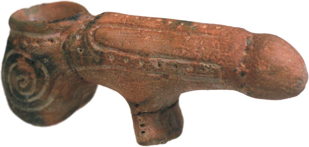 Ритуальный фаллос. 4500–3000гг. дон. э. Керамика; выс. 6,3см, длина 16см. Инв. № ПКП 49