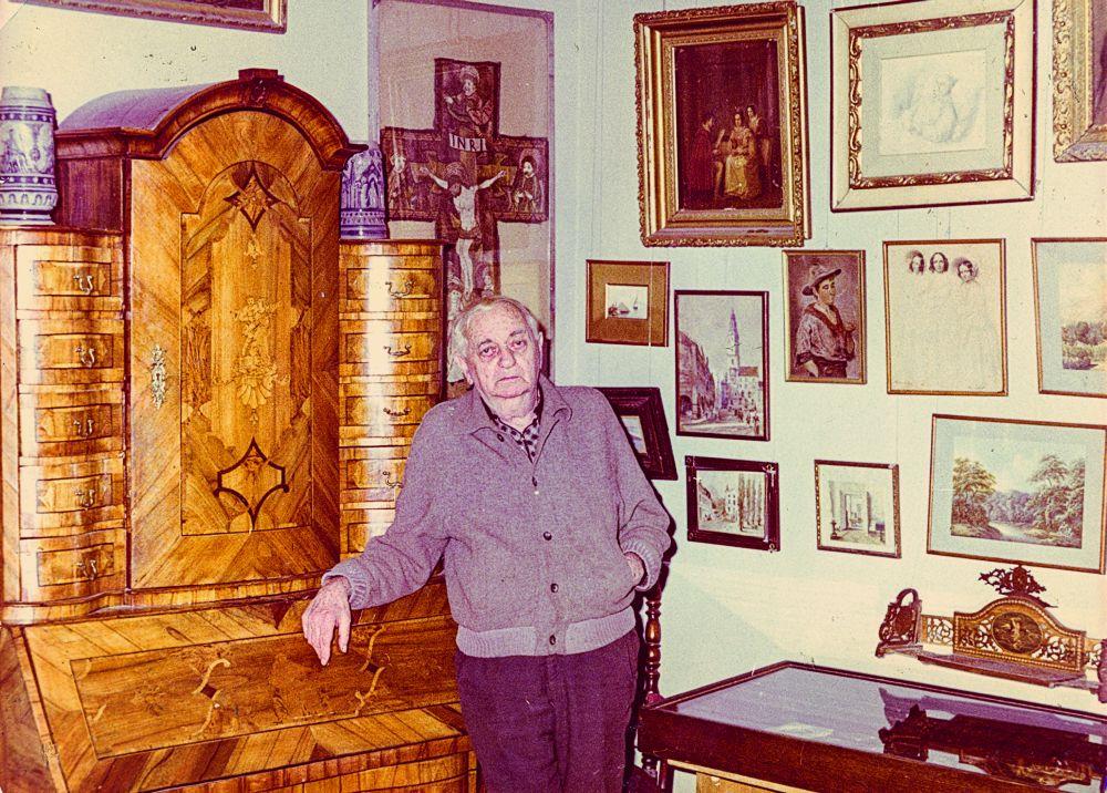 Александр Блещунов в экспозиции музея. Фото 1990 г.