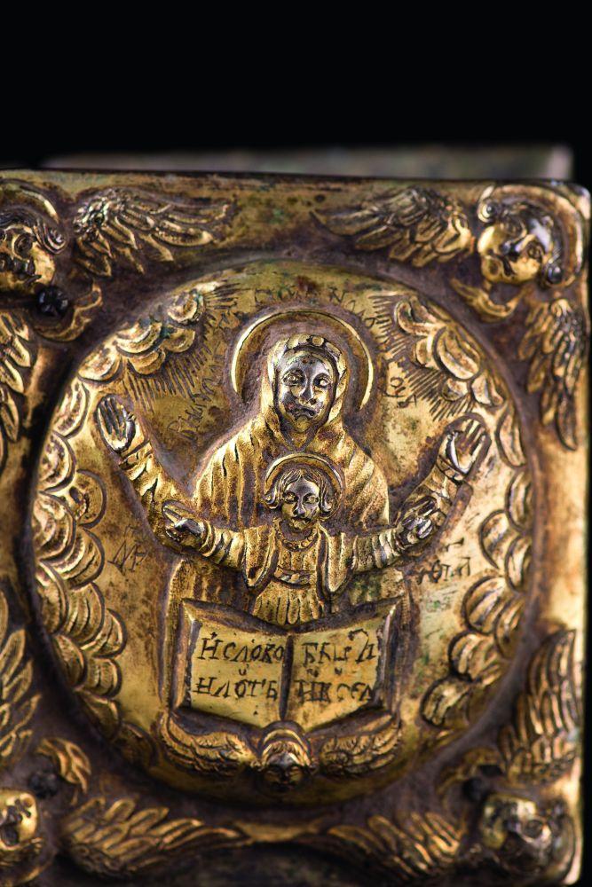 Композиции «Благовещение Пресвятой Богородицы» и «Богоматерь Знамение» («Воплощение») на левом и правом верхних медальонах верхней крышки оклада