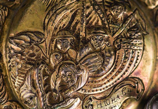 Композиции «Хождение по водам» и «Пророк Иона в пасти кита» на левом верхнем и правом нижнем медальонах нижней крышки оклада