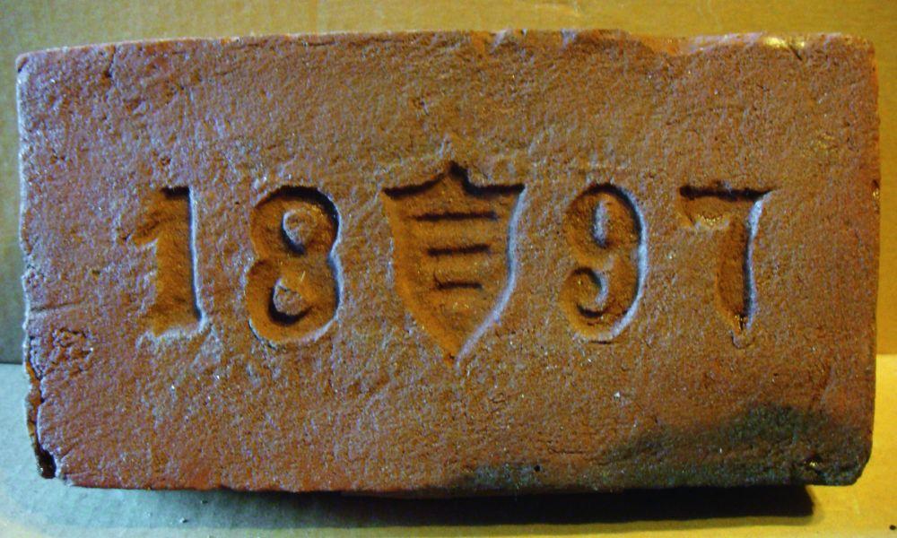Кирпич с гербом «Корчак» завода графа В. А. Браницкого в местечке Ставище Киевской губ.