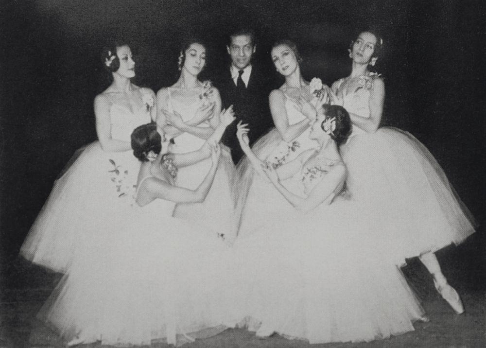 С.Лифарь сосвоими ученицами—звёздами Гранд-опера. Париж, 1953