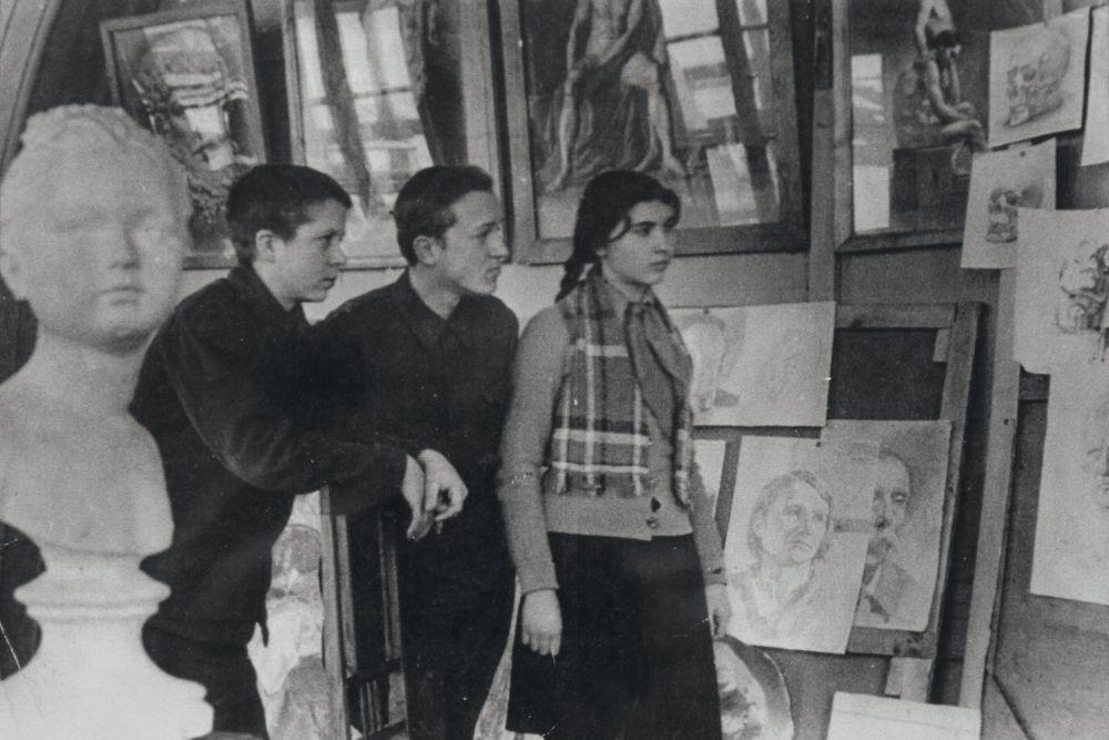 К.Кричевская-Росандич среди учеников Киевской художественной средней школы. Кон. 1930‑х гг.