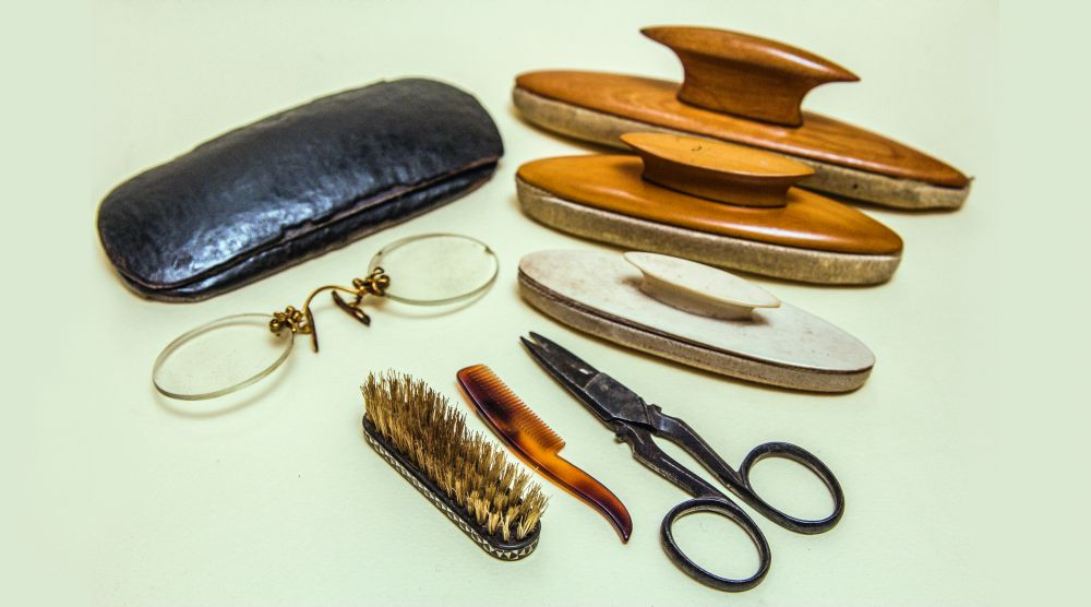 Пенсне сфутляром, валики дляполировки ногтей, щёточка игребешок дляусов, маникюрные ножнички