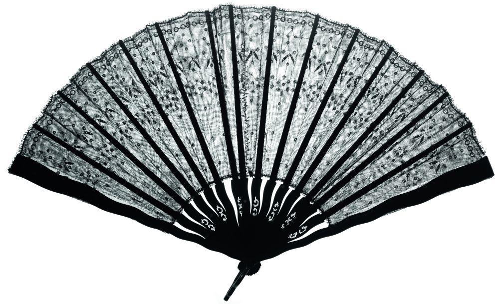 Кружевной веер, декорированный блёстками