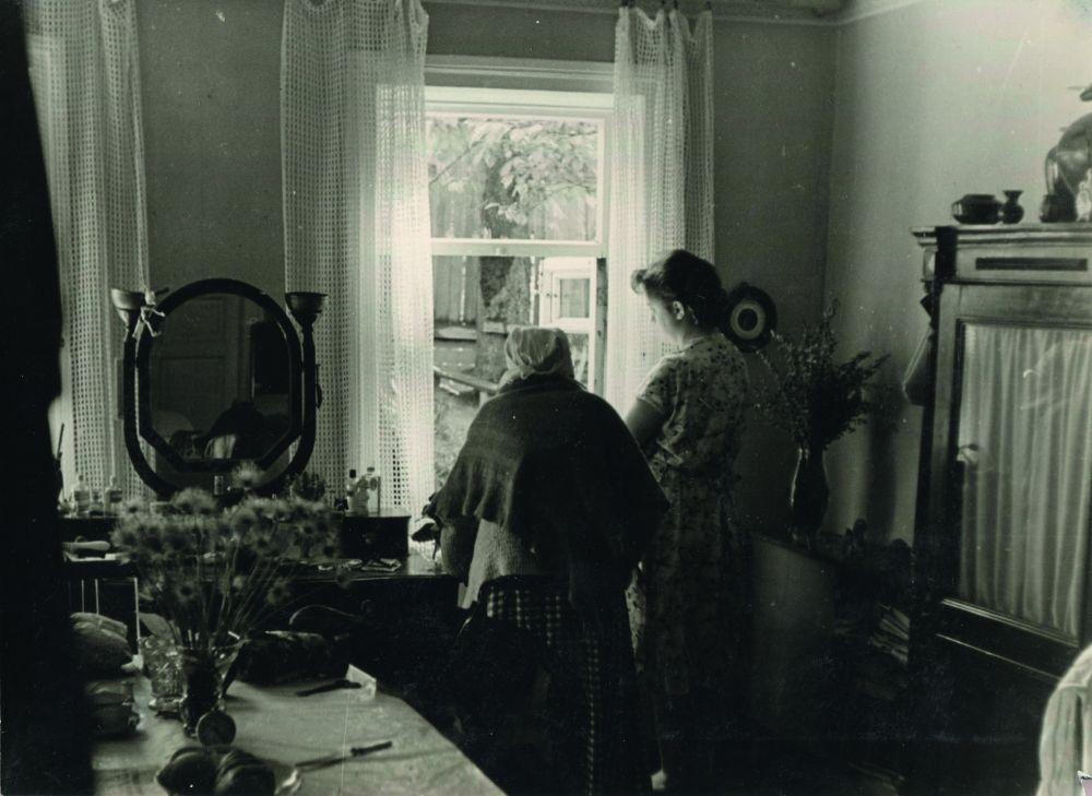 Комната в коммуналке (бывшая гостиная) во флигеле усадьбы Подборских на Обсерваторной, 16/19, в которой я выросла и прожила 28 лет. У окна в палисадник мы с бабушкой, в прошлом красавицей. 1961. Фото Д. Малакова