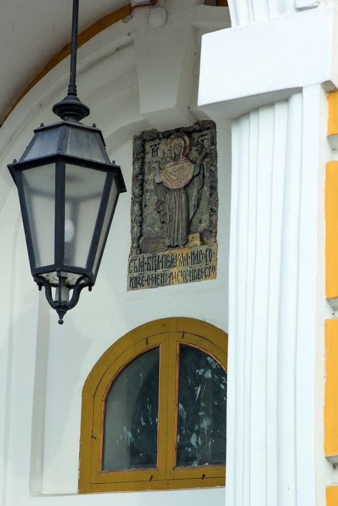 Богоматерь Оранта. Рельеф надзападным дверным проёмом Большой лаврской колокольни вКиеве. ФотоД.Краснова