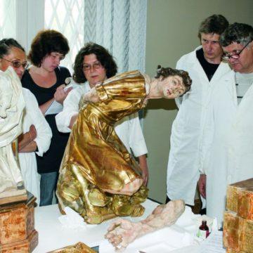 Члены реставрационного совета, занимавшиеся восстановлением скульптур Иоганна Пинзеля перед выставкой вЛувре