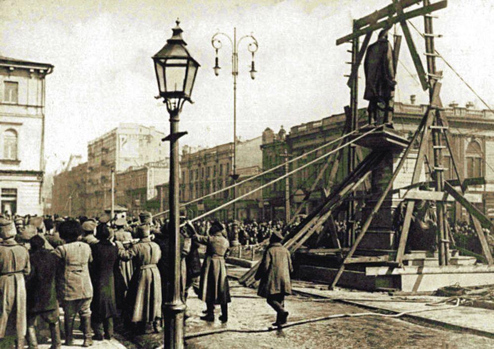 Скидання пам'ятника П. Столипіну під час Української маніфестації. 19 березня (1 квітня) 1917 р.