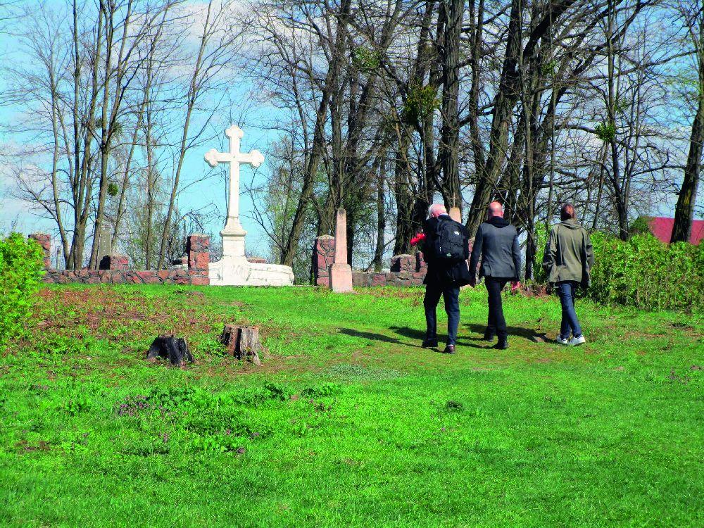 Игорь Уваров впервые посетил могилу предков в Емильчино