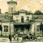 В советское время в бывшем доме графини Уваровой размещалась ворзельская школа. Фото 1933 г.